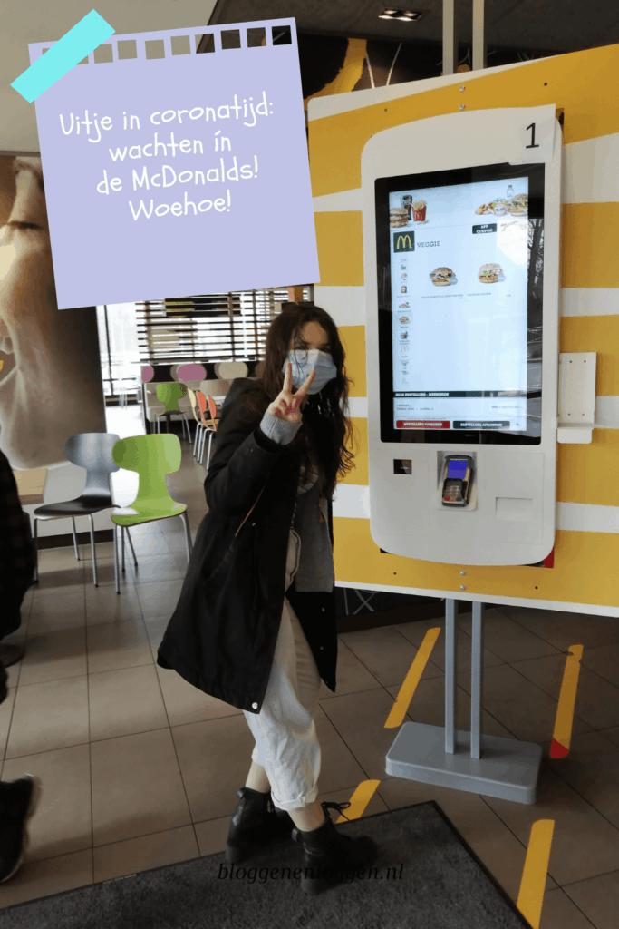 Uitje in coronatijd: wachten ín de McDonald's!
